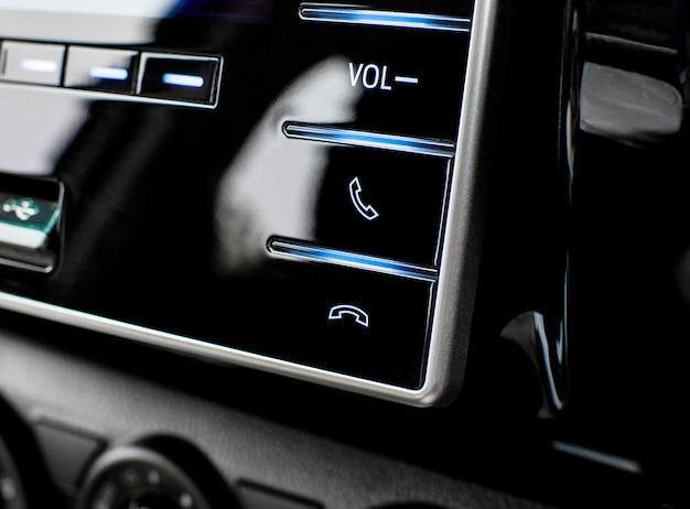 Touches de commande du téléphone dans le panneau de commande multimédia de la voiture de luxe. Photo Premium