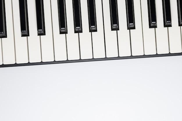 Touches du piano avec espace copie, isolées pour la conception, vue de dessus, pose à plat. Photo Premium