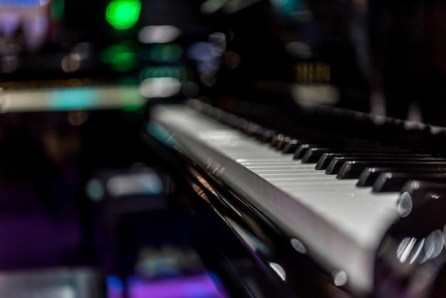 Les touches du piano sur un piano à queue classique noir jouent une chanson classique Photo Premium