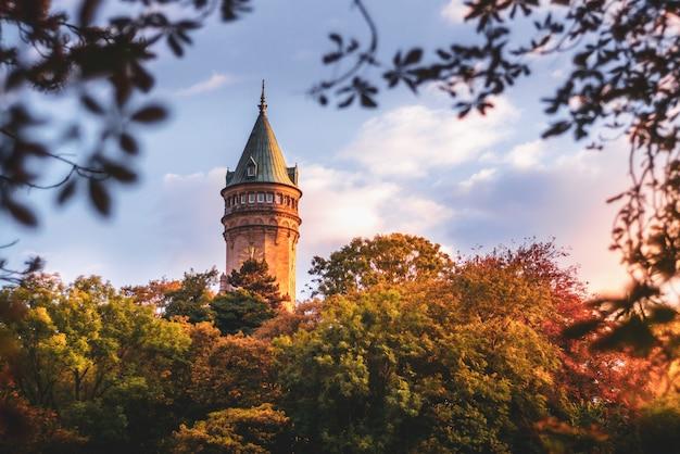 Tour de la banque du luxembourg entourée d'arbres Photo Premium