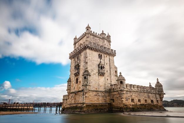 Tour De Belém Fortifiée Par Une Journée D'hiver Nuageuse Photo Premium