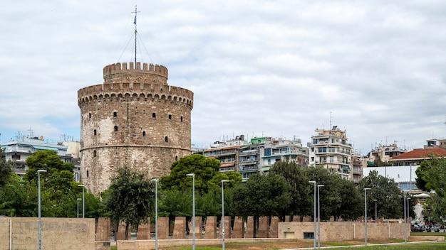 Tour Blanche De Thessalonique Avec Des Gens En Face D'elle Photo gratuit