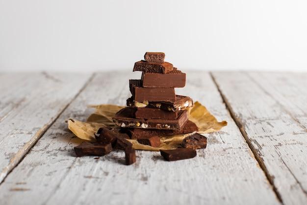 Tour de bonbons au chocolat sur un sac en papier Photo gratuit