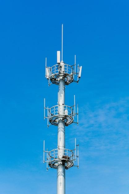 Tour de communication avec un beau ciel bleu Photo gratuit