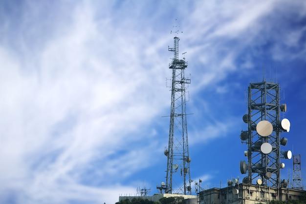 Tour de communication sur le ciel bleu Photo Premium