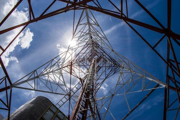 Tour de communication avec fond de ciel bleu Photo Premium