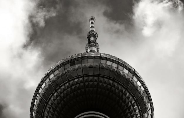 Tour D'un Immeuble Devant Le Ciel En Noir Et Blanc Photo gratuit