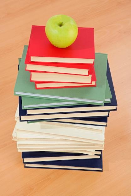 Tour de nombreux livres sur fond blanc Photo Premium