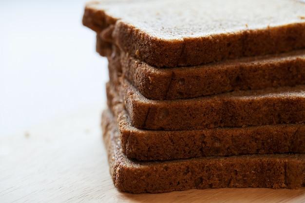 Tour de pain en morceaux sur une table Photo gratuit