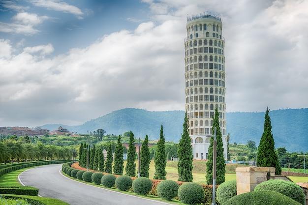 La tour penchée de pise, la tour de pise, thaïlande. Photo Premium