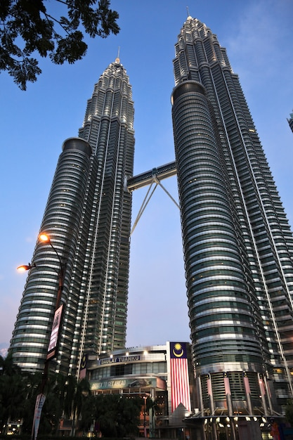 Tour petronas au coucher du soleil en malaisie Photo Premium