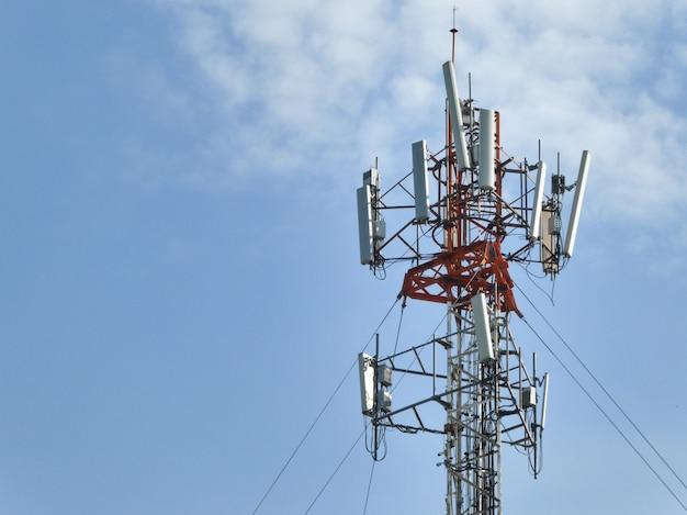 Tour de télécommunication sur le ciel bleu avec des nuages. Photo Premium