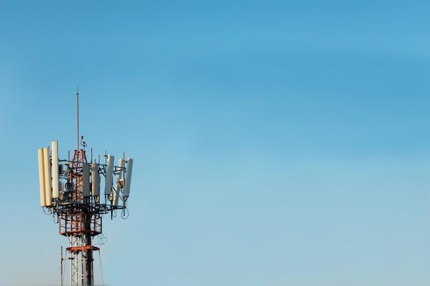 Tour de télécommunication sur fond de ciel bleu. concept de communication sans fil Photo Premium