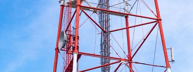 Tour de télévision 4g avec antenne parabolique et antenne parabolique. Photo Premium