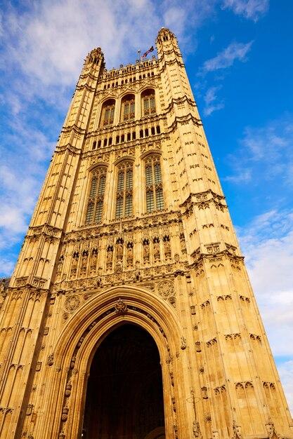 Tour de westminster près de big ben à londres Photo Premium