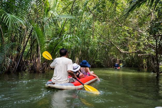 Tourisme faire du kayak dans un canal à la forêt de phang-nga, thaïlande Photo Premium