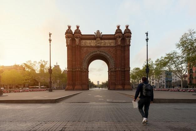 Tourisme touristique bacelona arc de triomf au lever du soleil à barcelone en catalogne, espagne Photo Premium