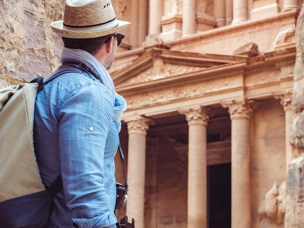 Touriste dans une ville de petra en jordanie Photo Premium