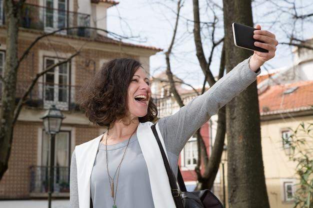 Touriste excité profitant des loisirs Photo gratuit