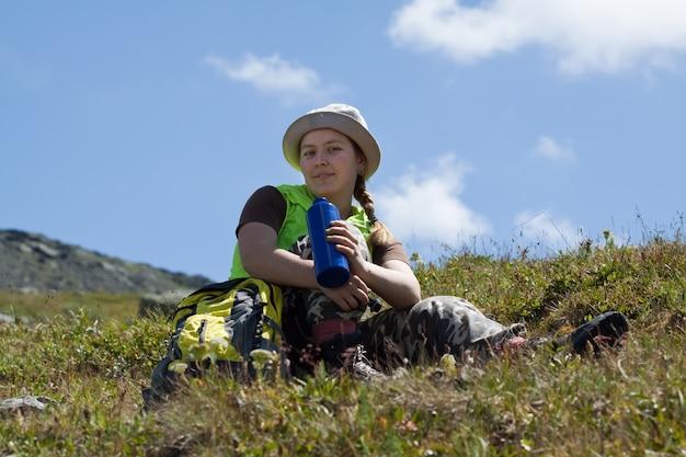 Touriste Des Montagnes Boire De La Bouteille Photo gratuit