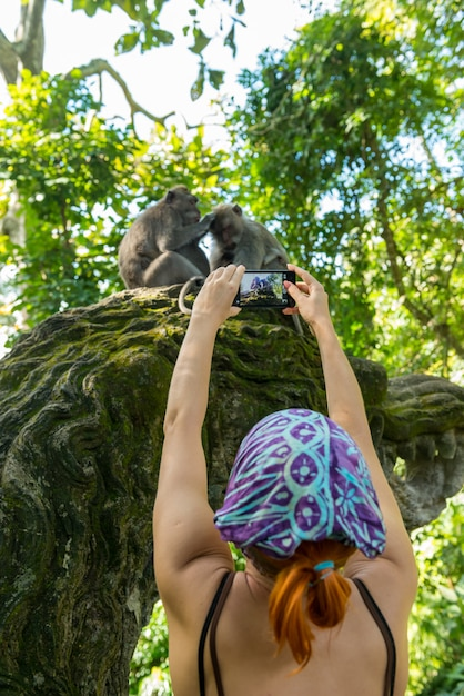 Touriste Prenant Des Photos De Singes Photo Premium
