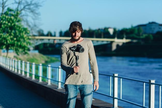 Le touriste prend une vidéo sur la ville. Photo Premium