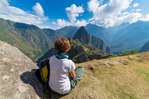 Touriste Regardant Le Machu Picchu D'en Haut, Pérou Photo Premium