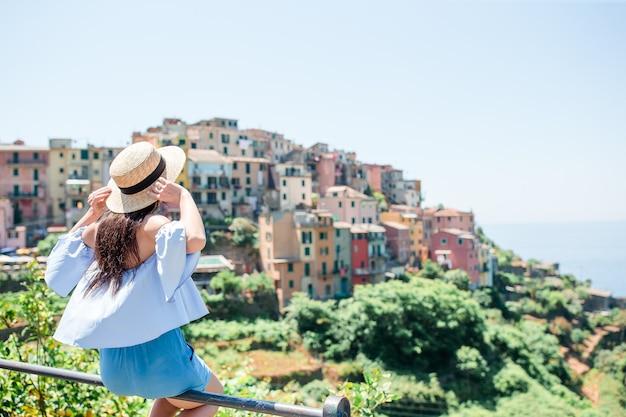 Touriste, regarder, vue panoramique, de, manarola, cinque terre, ligurie, italie Photo Premium