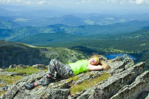 Touriste Reposant Au Sommet De La Montagne Photo gratuit