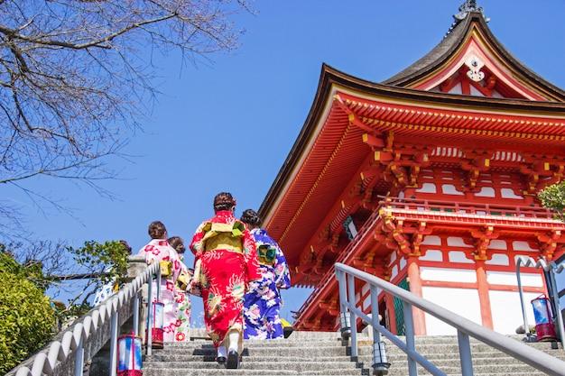 Les touristes japonais et les étrangers revêtent une robe yukata pour visiter l'atmosphère à l'intérieur du temple kiyomizu-dera Photo Premium