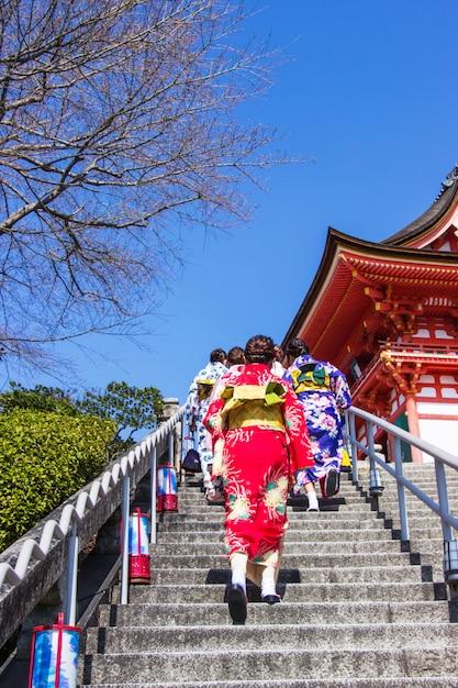 Les touristes japonais et les étrangers revêtent une robe yukata pour visiter l'intérieur du temple kiyomizu-dera Photo Premium