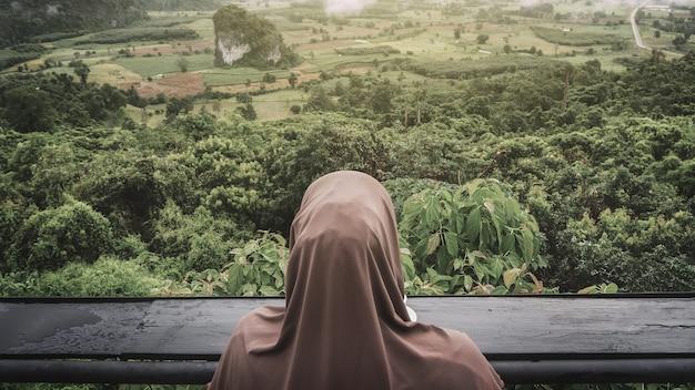 Les touristes de manière détendue. avec vue sur la montagne le matin en arrière-plan Photo Premium