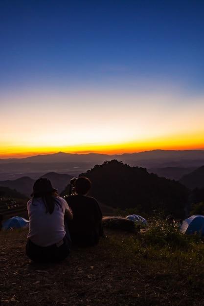 Les touristes de manière détendue. avec vue sur la montagne Photo Premium
