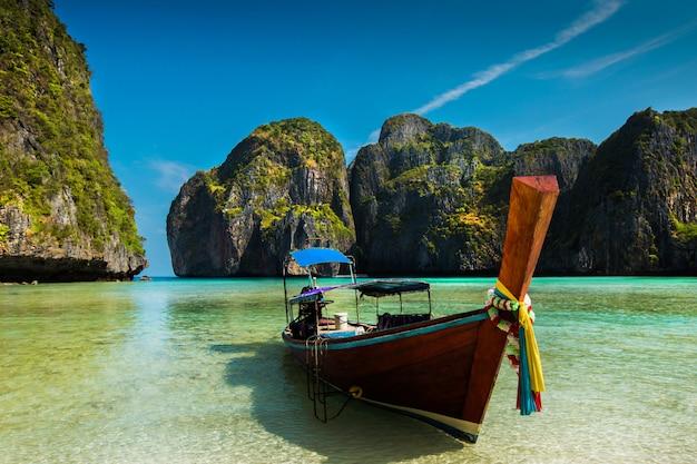 Touristes maritimes atterrissage sur l'île de phi phi. maya bay Photo Premium