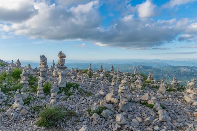 Les touristes ont laissé des pyramides de pierre lors de leurs déplacements dans les hautes montagnes. Photo Premium