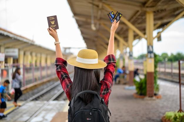 Les touristes portent des pastels et des cartes de crédit lors de leurs voyages. Photo Premium