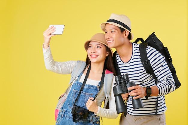 Touristes Prenant Selfie Sur Smartphone Photo Premium