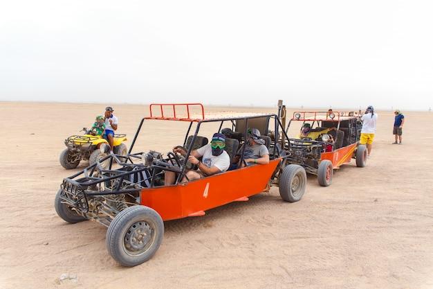 Les touristes prêts à courir dans le désert Photo Premium