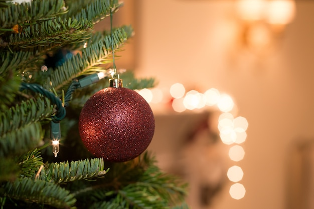 Tourné en basse lumière avec haute boule de noël iso suspendue à l'arbre de noël Photo Premium