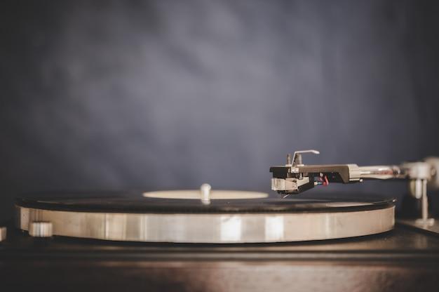 Tourne-disque tournant avec vinyle vintage Photo gratuit