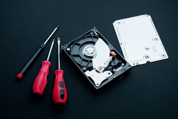 Tournevis, concepts de réparation de disque dur non découvert Photo Premium