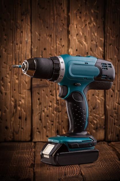 Tournevis électrique bleu sur fond en bois rustique Photo Premium