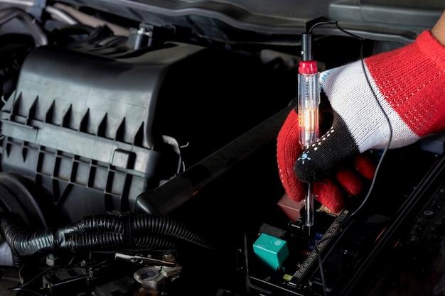 Tournevis de salle des machines vérifier les fusibles. un mécanicien professionnel utilise un tournevis. Photo Premium