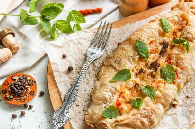 Tourte à la viande, pizza turque, snacks du moyen-orient. vue de dessus Photo Premium