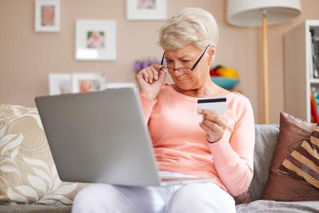À Tout âge, Vous Pouvez Payer Vos Achats Par Carte De Crédit Photo gratuit