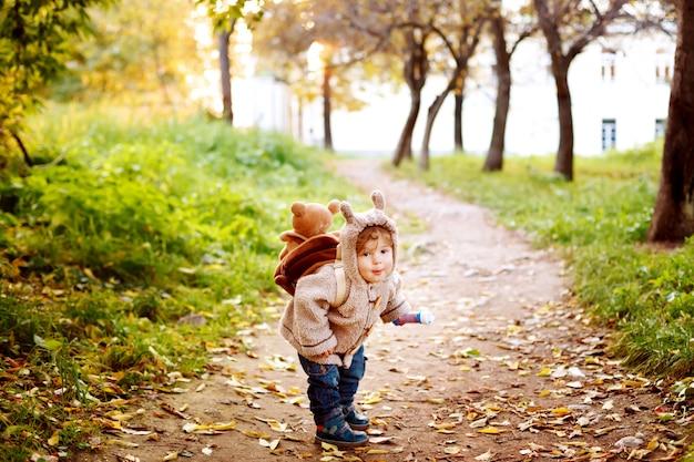 Tout-petit Mignon Dans Des Vêtements Chauds S'amuser Dans Le Parc En Automne Doré Photo Premium