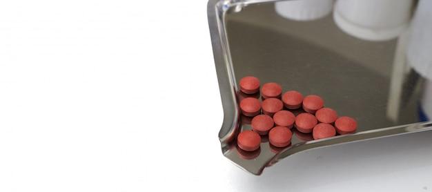 Tout un tas de médicament brun sur un support pour le concept de fabrication Photo Premium