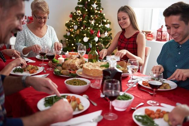 Toute La Famille Autour De La Veille De Noël Photo gratuit