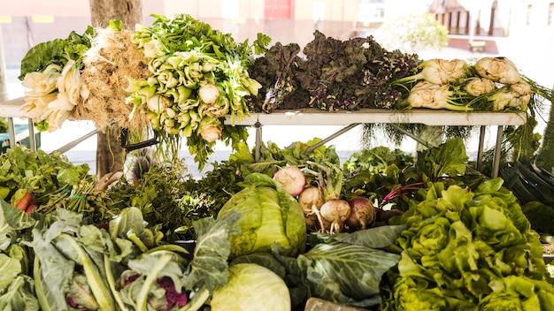 Toutes sortes de légumes sains au marché fermier Photo gratuit