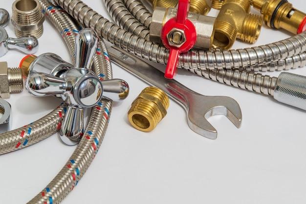 Toutes Sortes De Plomberie Et D'outils Sur Table Grise Photo Premium